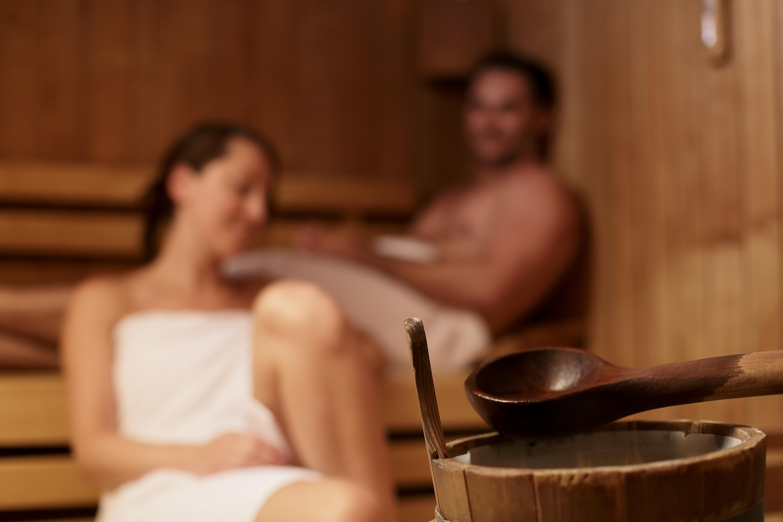 Mann und Frau in der Sauna Sandermare