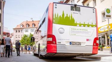 Moderner Bus in der Würzburger Innenstadt