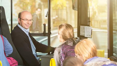 Busfahrer mit Schülern