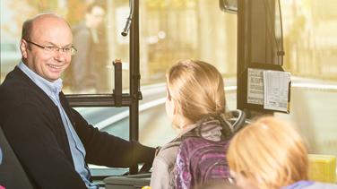 Busfahrer mit SchülerInnen