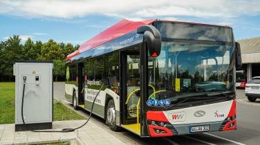 Elektrobus an Ladesäule