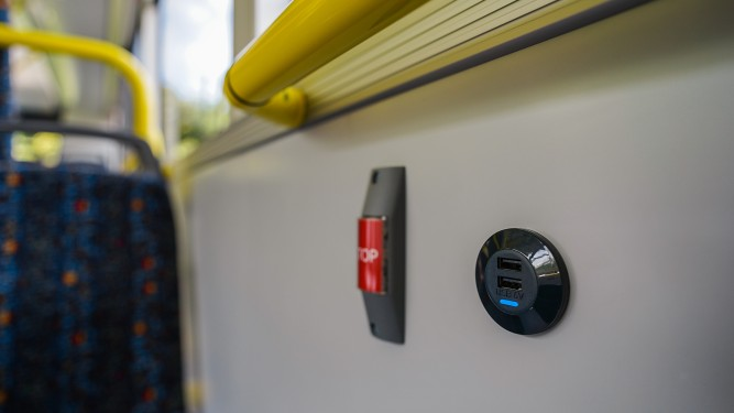 USB-Stecker im Elektrobus der WVV