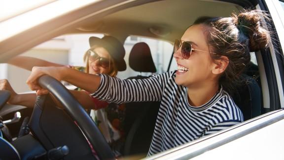 Freundinnen mit Carsharing-Auto unterwegs