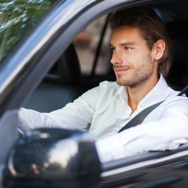 Carsharing_Mann_fährt_Auto