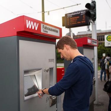 Mann_WVV_Fahrscheinautomat