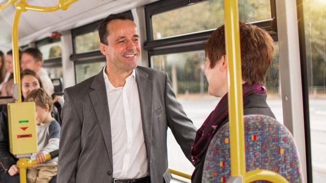 Firmen-Abo-Kunden auf dem Weg zur Arbeit mit dem Bus