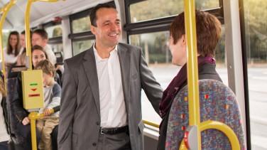 Berufstätige auf dem Weg zur Arbeit mit dem Bus