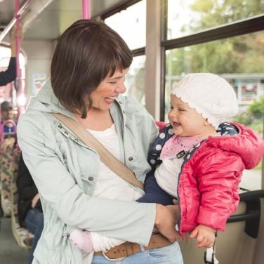 Familie mit Bus unterwegs