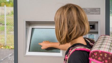 Schülerin am WVV-Fahrscheinautomat