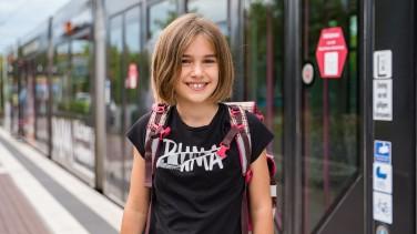 Schülerin unterwegs mit Straßenbahn Würzburg
