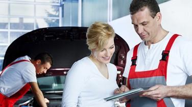 Kundin wird beraten in Autowerkstatt