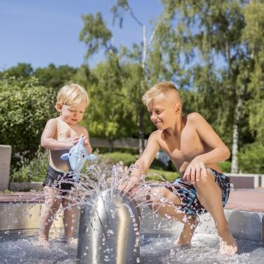 Kinder spielen am Wasserspielplatz